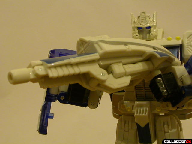 Autobot Ultra Magnus- robot mode (holding ion cannon rifle)