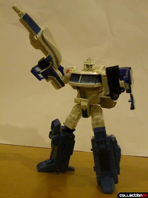 Autobot Ultra Magnus- robot mode posed with weapons  (1)
