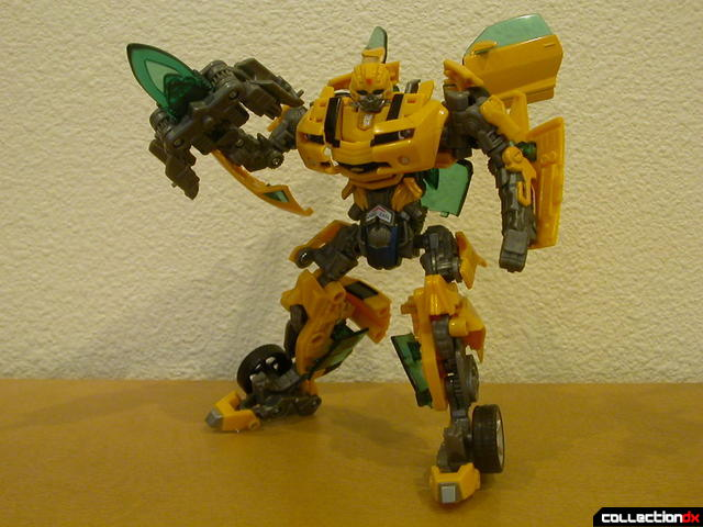 Battle Scenes Autobot Bumblebee- posed with weapon (1)