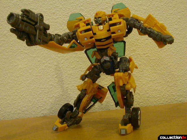 Battle Scenes Autobot Bumblebee- posed with weapon (2)