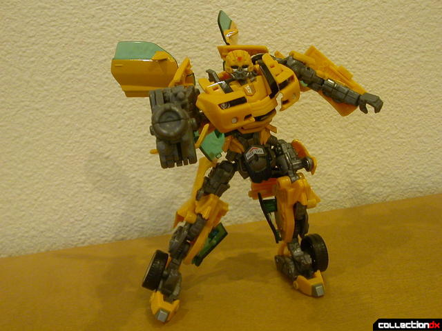 Battle Scenes Autobot Bumblebee- posed with weapon (3)