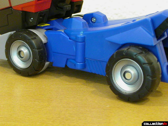 Autobot Optimus Prime- vehicle mode (left wheels detail)