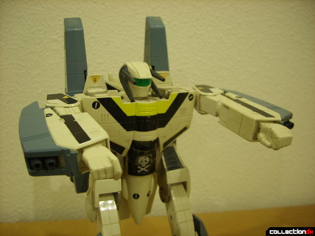 VF-1S Super Valkyrie - Battroid Mode posed (2)