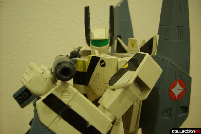 VF-1S Super Valkyrie - Battroid Mode posed (5)