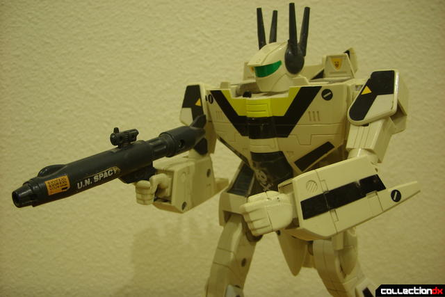 VF-1S Valkyrie - Battroid Mode posed (1)