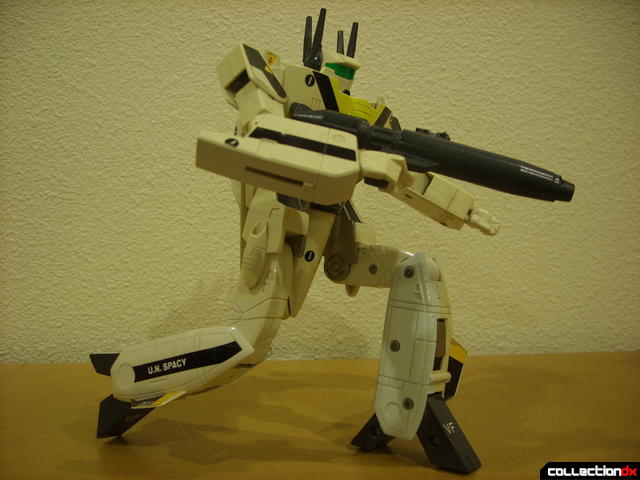 VF-1S Valkyrie - Battroid Mode posed (4)