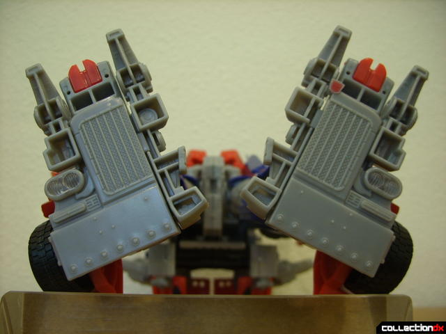 Leader-class Autobot Optimus Prime- robot mode (grille and bumper on bottom of feet)