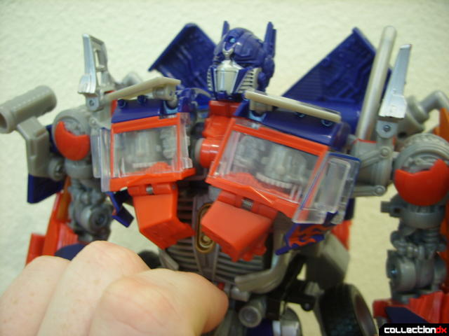 Leader-class Autobot Optimus Prime- robot mode (Mech Alive in torso, without LEDs on)