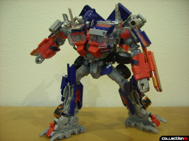 Leader-class Autobot Optimus Prime- robot mode posed (11)