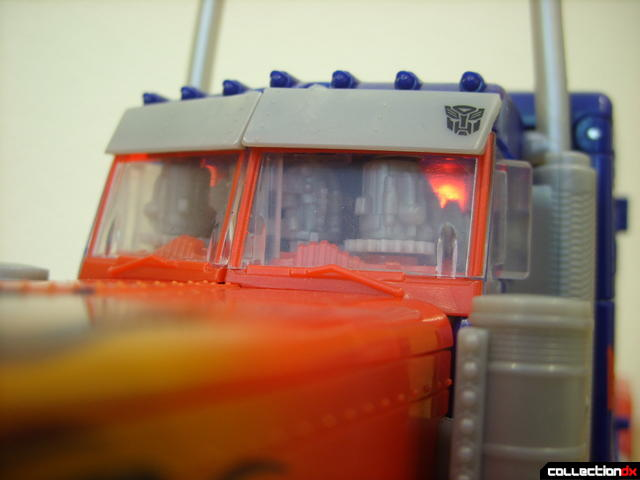 Leader-class Autobot Optimus Prime- vehicle mode (cab LEDs, on)