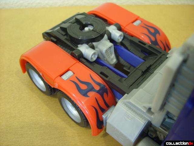 Leader-class Autobot Optimus Prime- vehicle mode (hitch assembly overview)