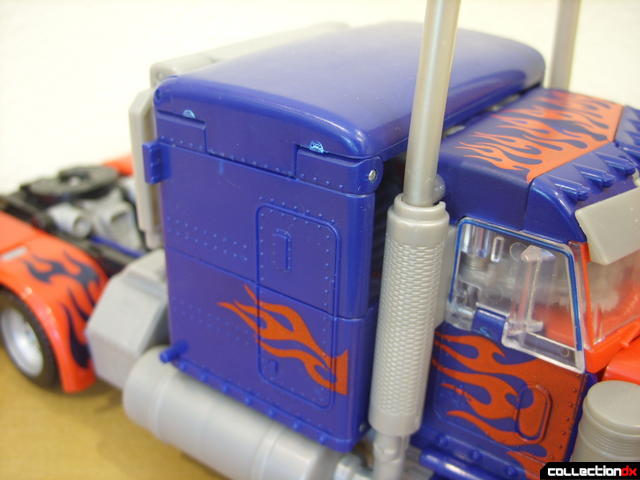 Leader-class Autobot Optimus Prime- vehicle mode (sleeper compartment detail, right side)