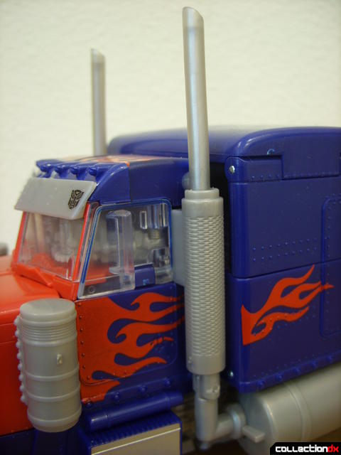 Leader-class Autobot Optimus Prime- vehicle mode (smokestacks detail)