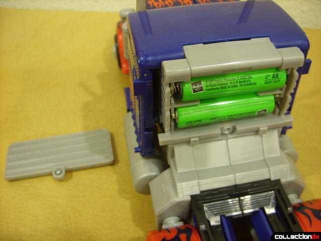 Leader-class Autobot Optimus Prime (battery compartment opened)