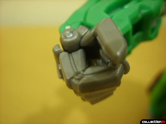 Deluxe-class Autobot Skids- robot mode (hand closed)