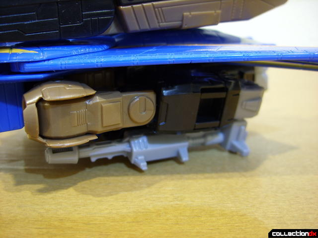 Autobot Tread Bolt with armor- vehicle mode (attaching missile launcher 1-2)