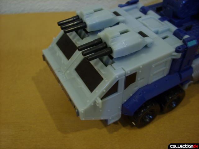 Animated Leader-class Autobot Ultra Magnus- vehicle mode (deploying cab turrets)(3)
