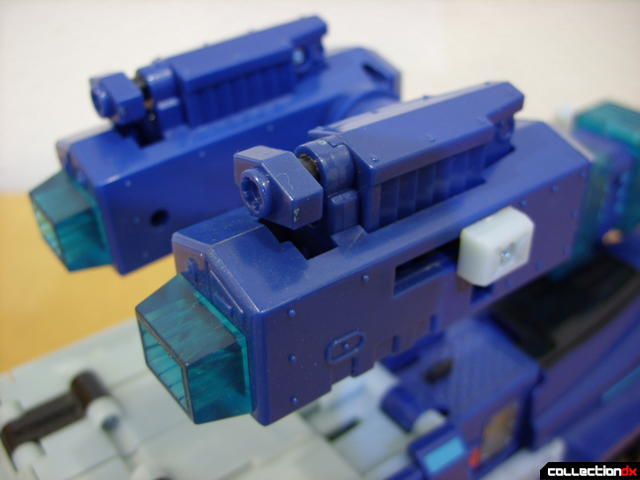 Animated Leader-class Autobot Ultra Magnus- vehicle mode (extending extra cannons)(2)