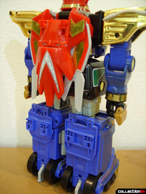 Deluxe Zeo Megazord- attaching Zeo Battle Helmets (1)