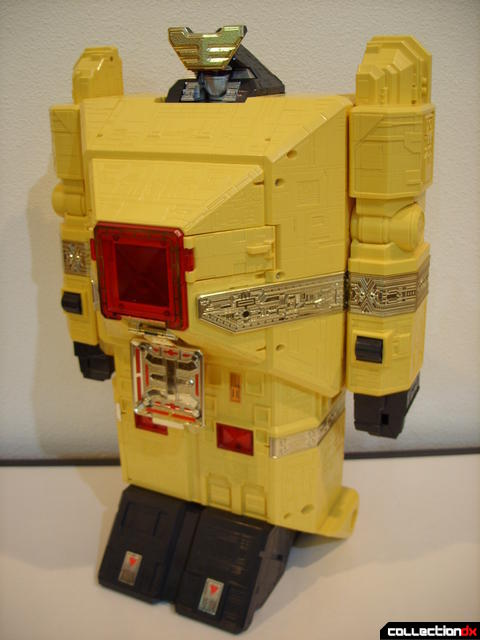 Deluxe Pyramidas The Carrier Zord- Robot Mode (front)