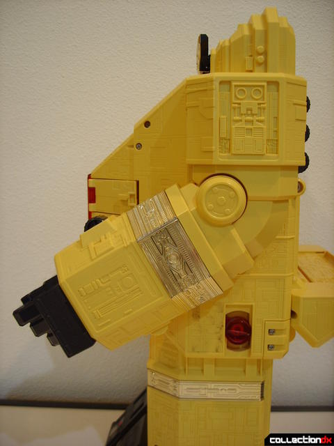 Deluxe Pyramidas The Carrier Zord- Robot Mode arm poseability (2)