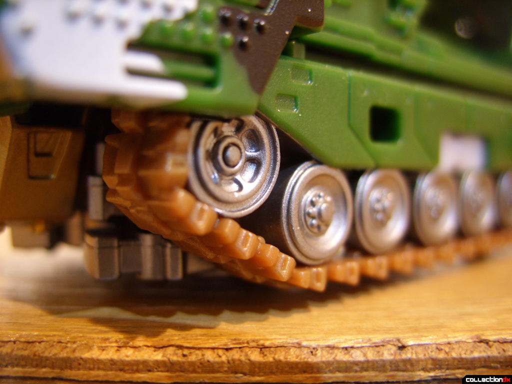Deluxe-class Decepticon Hailstorm- Vehicle Mode (left tractor tread detail)