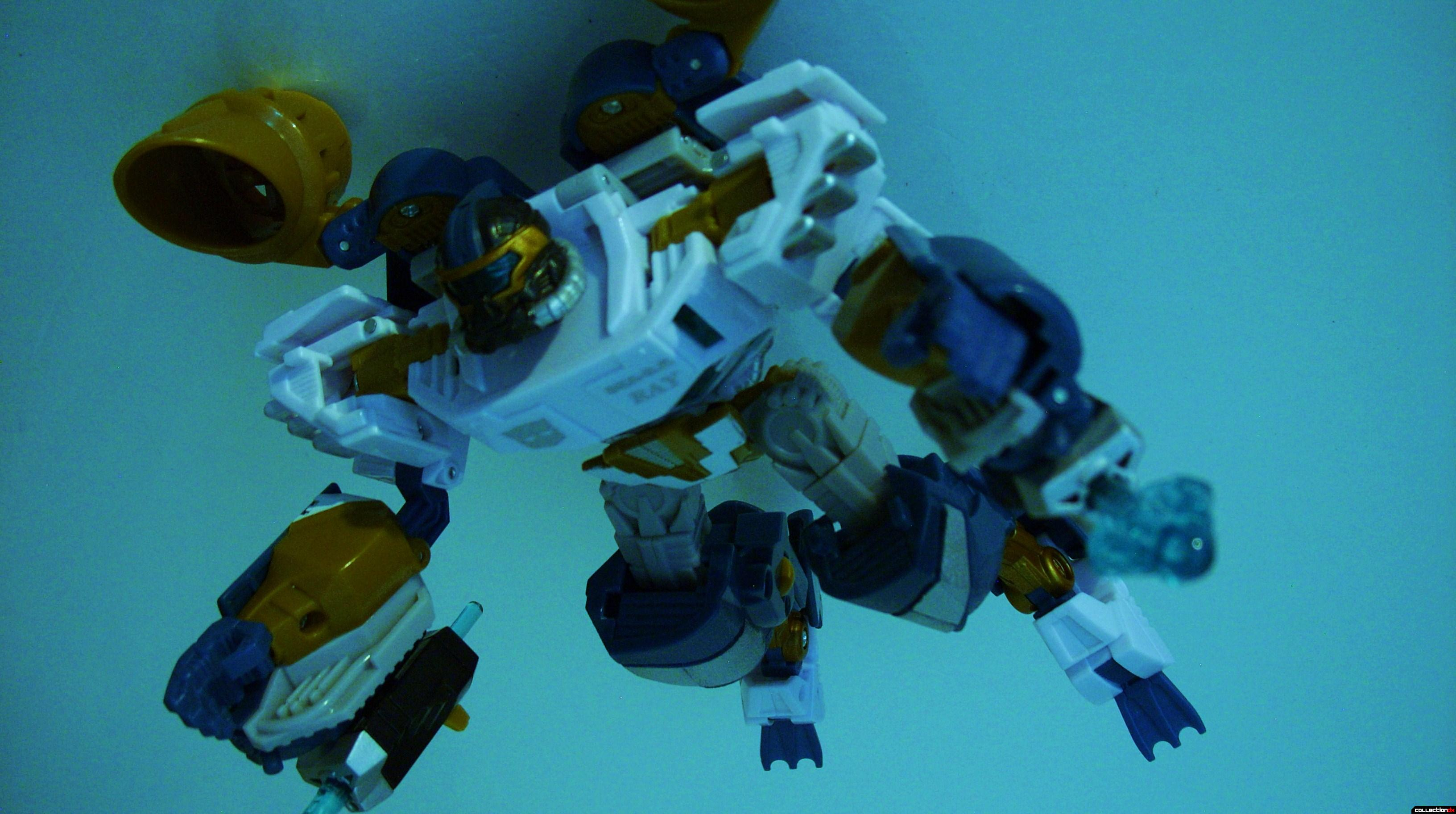 Voyager-class Autobot Sea Spray- dive mode posed (2)