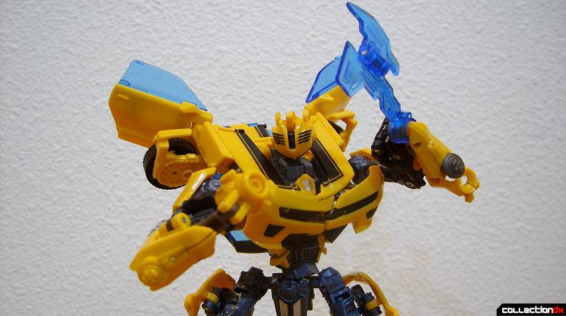 Deluxe-class Battle Blade Bumblebee - robot mode posed with weapons