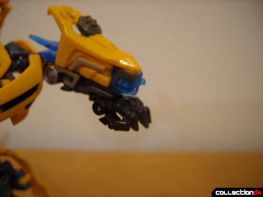 Deluxe-class Battle Blade Bumblebee - robot mode, deploying battle blade (1)