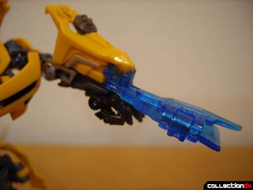 Deluxe-class Battle Blade Bumblebee - robot mode, deploying battle blade (2)