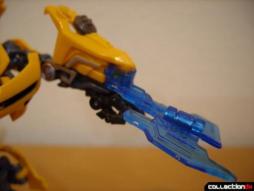 Deluxe-class Battle Blade Bumblebee - robot mode, deploying battle blade (3)