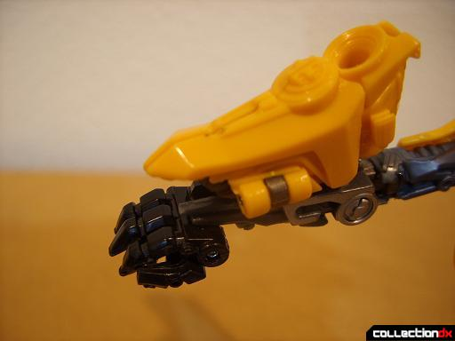 Deluxe-class Battle Blade Bumblebee - robot mode, deploying blaster (1)