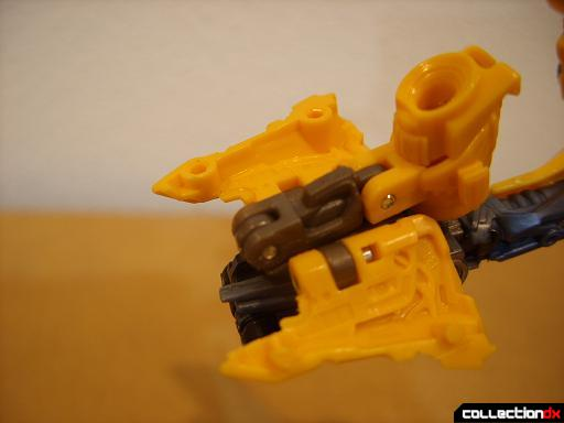 Deluxe-class Battle Blade Bumblebee - robot mode, deploying blaster (2)