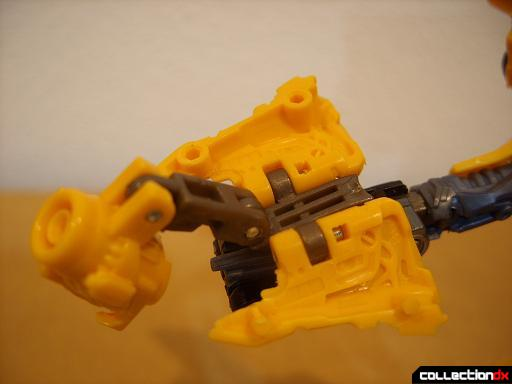 Deluxe-class Battle Blade Bumblebee - robot mode, deploying blaster (3)