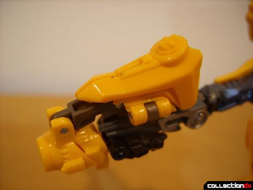 Deluxe-class Battle Blade Bumblebee - robot mode, deploying blaster (5)