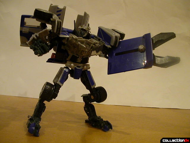 Decepticon Dropkick- robot mode posed (2)