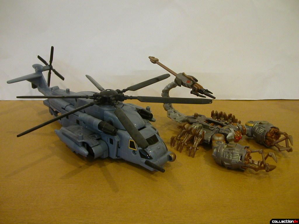 Voyager-class Blackout (left) and Battle Scenes Scorponok (right)