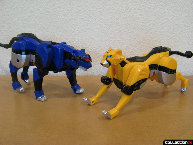 Deluxe Jungle Pride Megazord- Blue Jaguar and Yellow Cheetah Spirit Zords posed