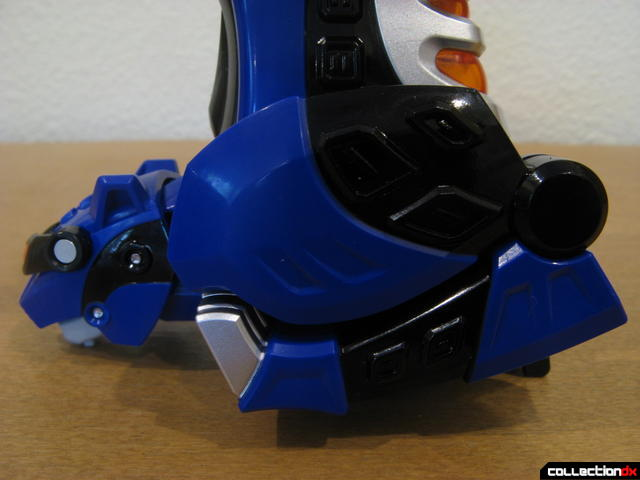 Deluxe Jungle Pride Megazord- Blue Jaguar's front legs retracted correctly