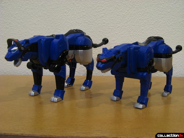 Deluxe-size (L) and Transforming-size (R) Blue Jaguar Spirit Zord