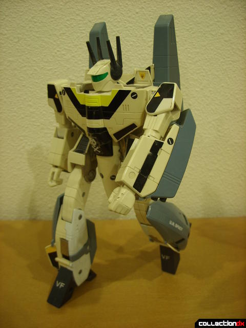 VF-1S Super Valkyrie - Battroid Mode posed (1)