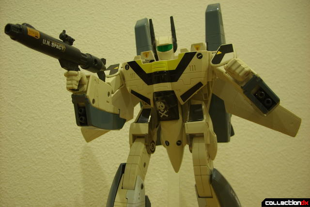 VF-1S Super Valkyrie - Battroid Mode posed (4)