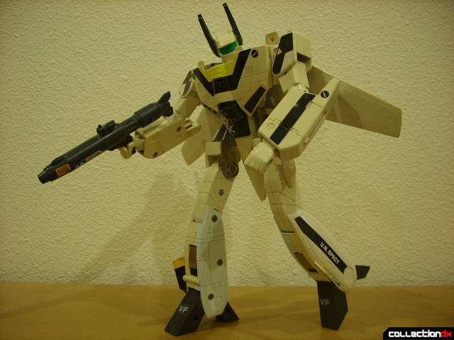 VF-1S Valkyrie - Battroid Mode posed (3)