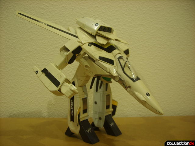 VF-1S Valkyrie - GERWALK Mode posed (1)