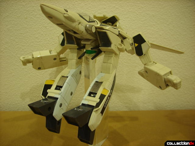VF-1S Valkyrie - GERWALK Mode posed (2)
