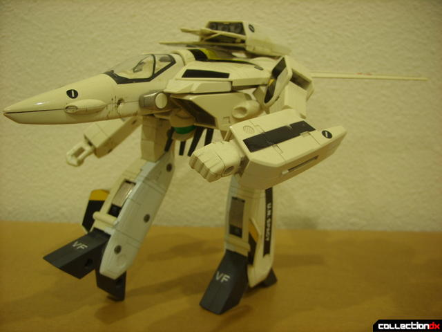 VF-1S Valkyrie - GERWALK Mode posed (3)