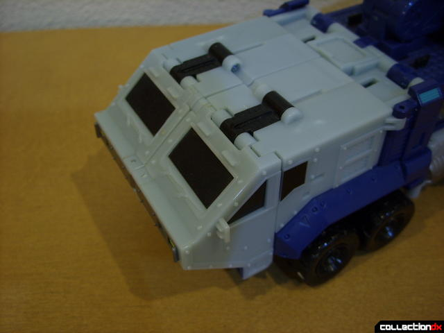 Animated Leader-class Autobot Ultra Magnus- vehicle mode (deploying cab turrets)(1)