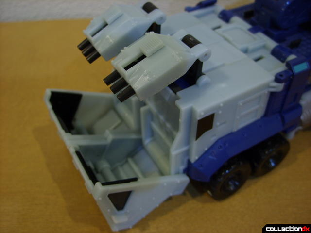 Animated Leader-class Autobot Ultra Magnus- vehicle mode (deploying cab turrets)(2)