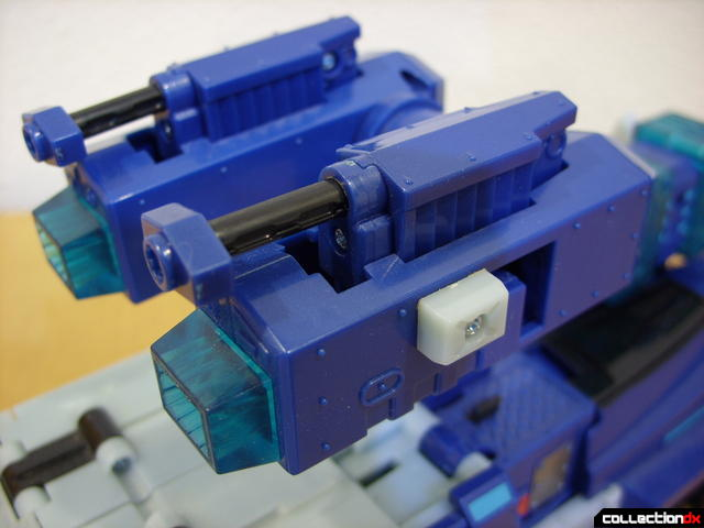 Animated Leader-class Autobot Ultra Magnus- vehicle mode (extending extra cannons)(3)