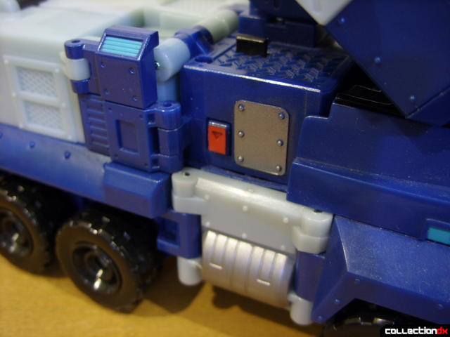 Animated Leader-class Autobot Ultra Magnus- vehicle mode (light and sound button)